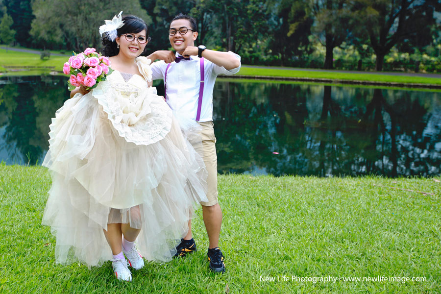 Funny poses for pre wedding