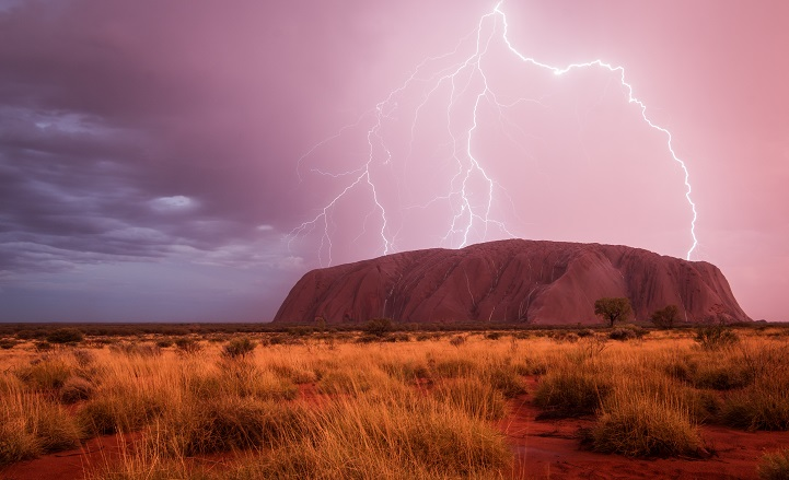 I had heard a lot about how beautiful Uluru should look like when it rains. But I never believed that I would see it with my own eyes because the red center of Australia is a very arid area. That's one of the reasons why Uluru is such a special place for the Anangu - the local aboriginal clan. If it rains, the water fills up the reservoirs around the rock, the only water source for several kilometers. This makes the Uluru Kata Tjuta National Park to special place for lots of rare animals as well