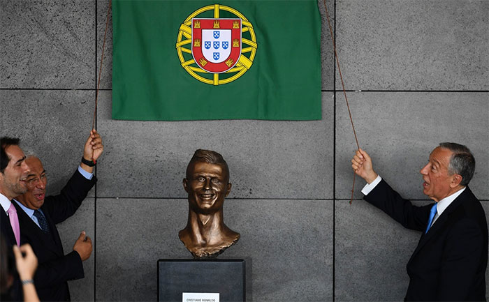 Cristiano Ronaldo Statue Fail Photoshop Battle 1 10+ Of The Funniest Reactions To Cristiano Ronaldo's New Statue