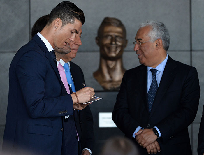 Cristiano Ronaldo Statue Fail Photoshop Battle 3 10+ Of The Funniest Reactions To Cristiano Ronaldo's New Statue
