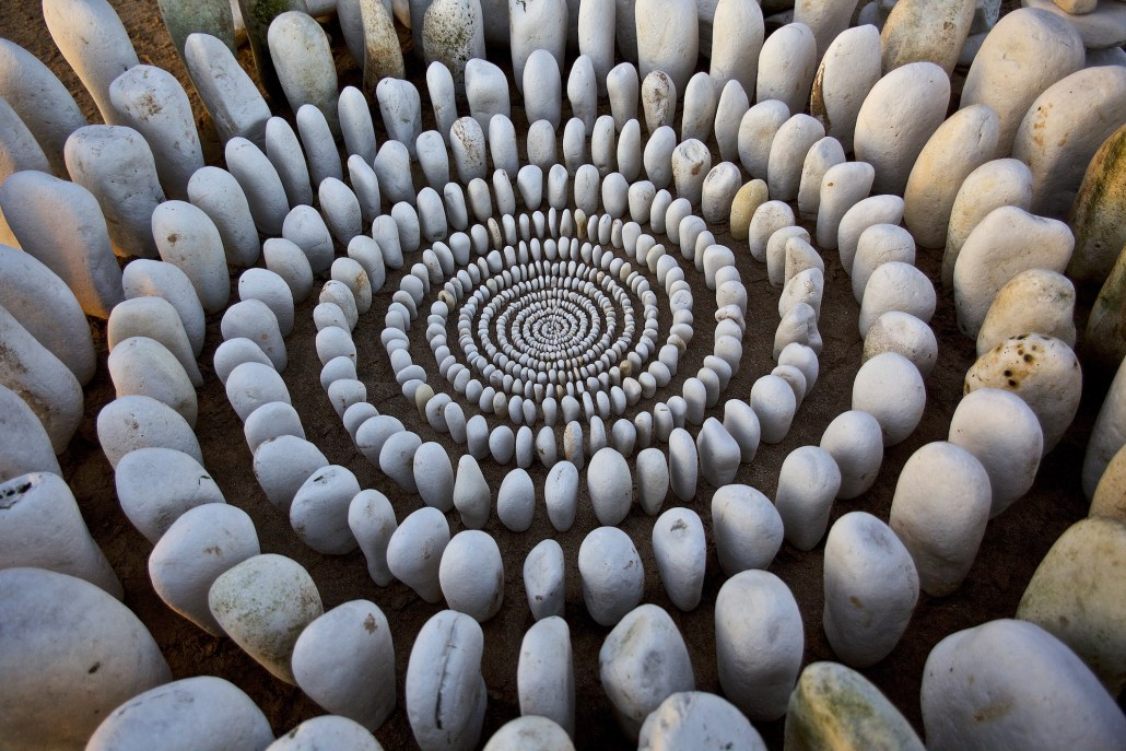 James Brunt creates elaborate ephemeral artworks 6 James Brunt Organizes Leaves and Rocks Into Elaborate Cairns and Mandalas