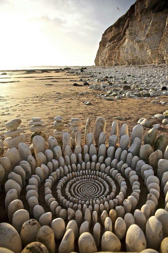 James Brunt creates elaborate ephemeral artworks 8 James Brunt Organizes Leaves and Rocks Into Elaborate Cairns and Mandalas