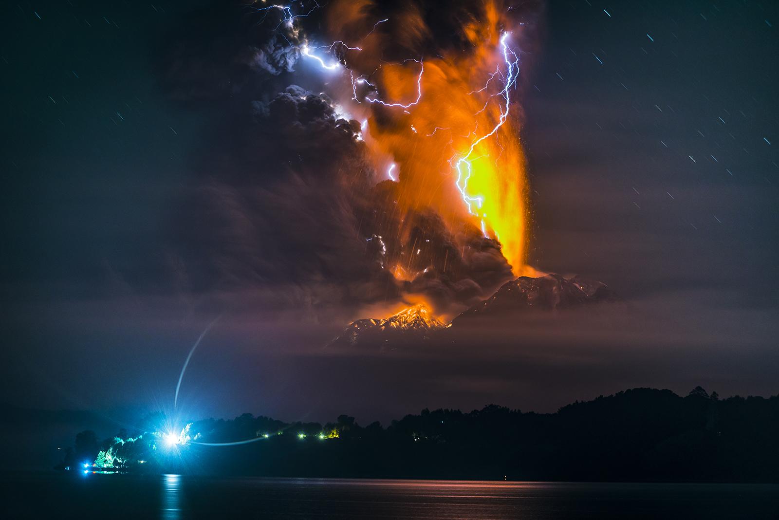 Wonderful Volcanic Smoke With Streaks of Lightning by Francisco Negroni 4 Wonderful Photography between Volcanic Smoke With Streaks of Lightning by Francisco Negroni