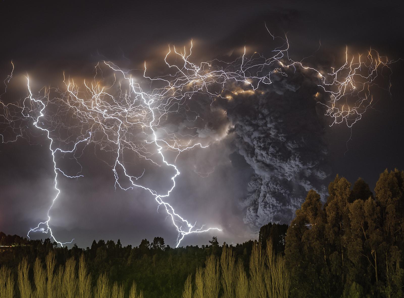Wonderful Volcanic Smoke With Streaks of Lightning by Francisco Negroni 7 Wonderful Photography between Volcanic Smoke With Streaks of Lightning by Francisco Negroni